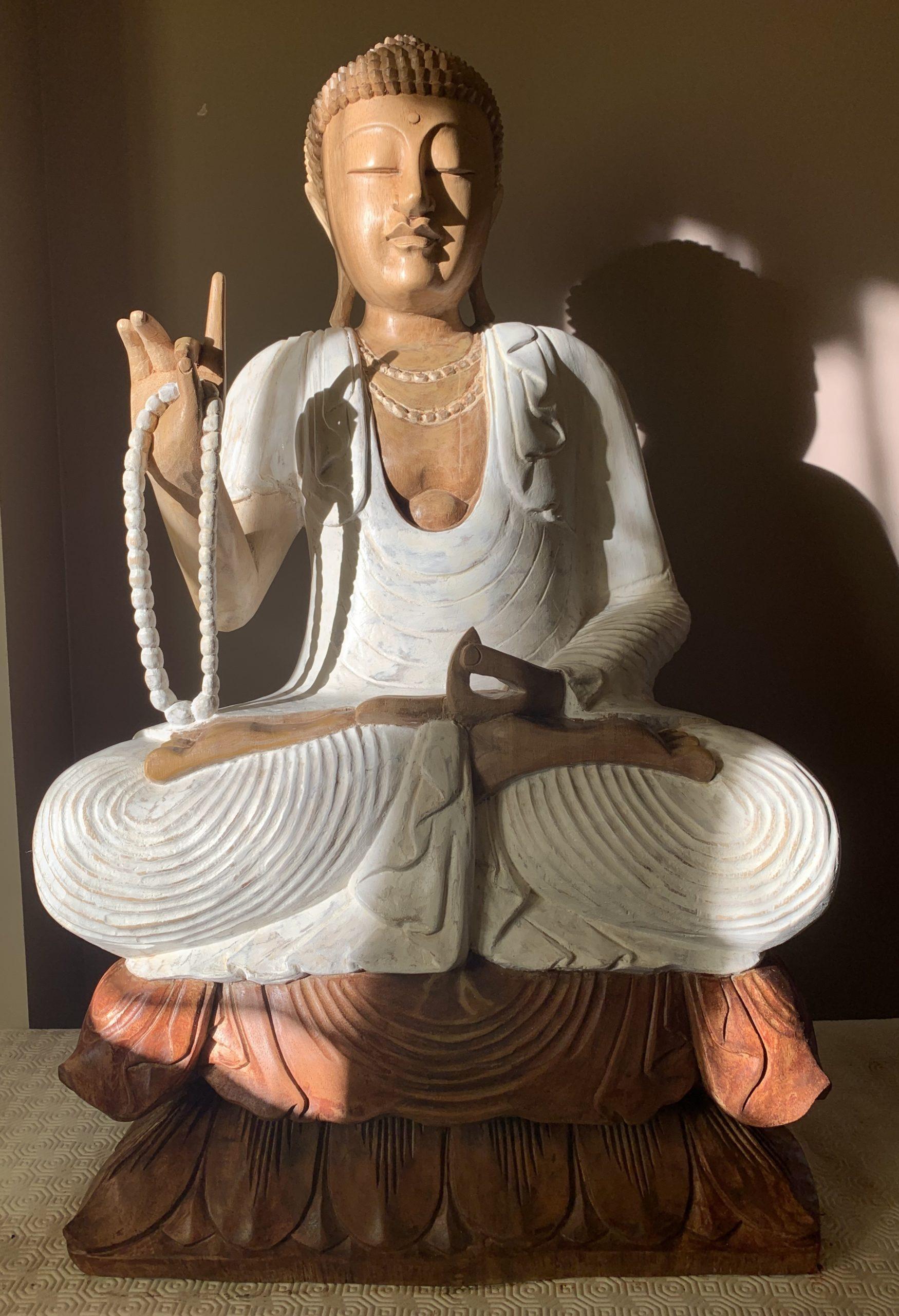 Statue de Bouddha en bois après restauration
