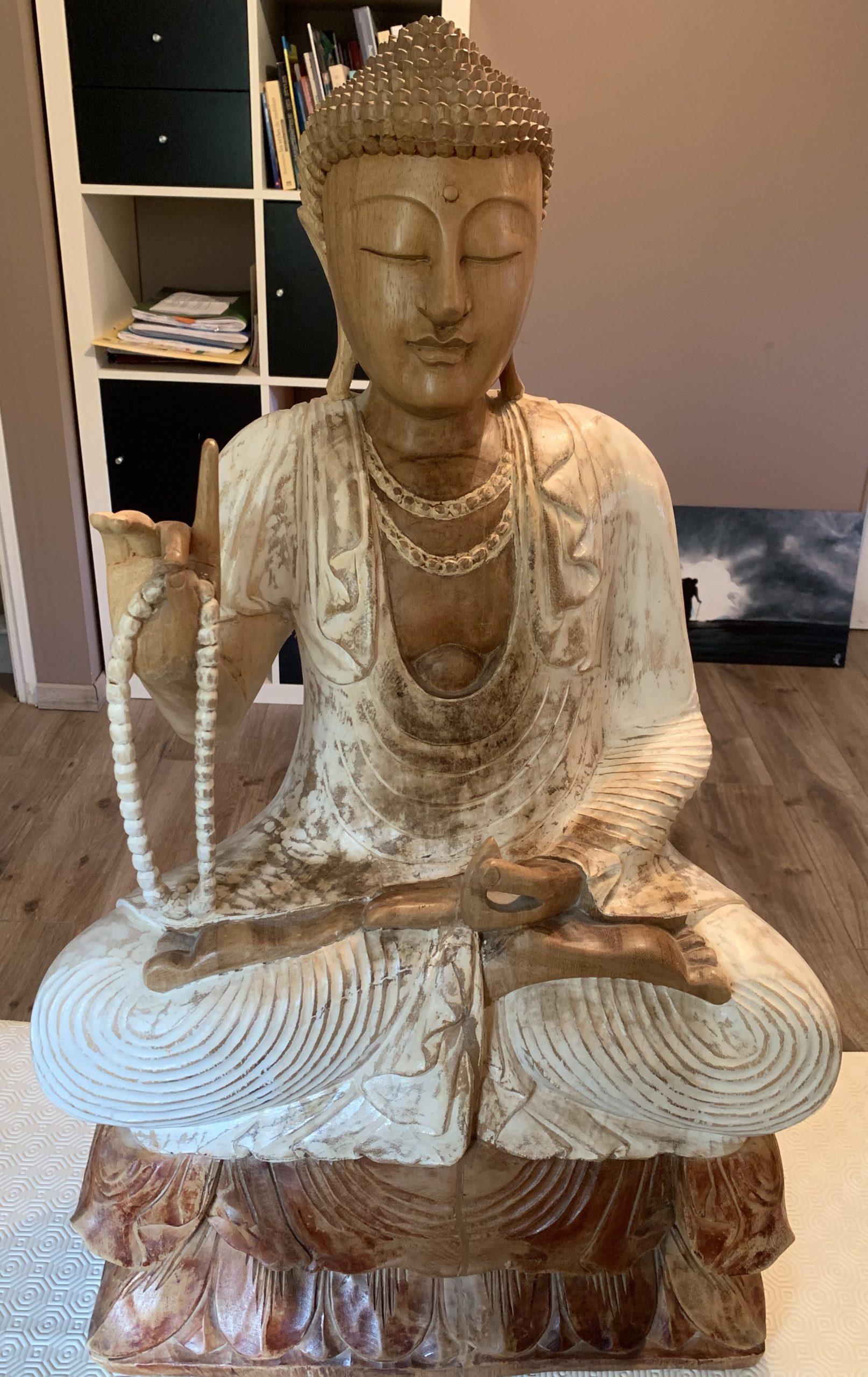 Statue de Bouddha en bois avant restauration