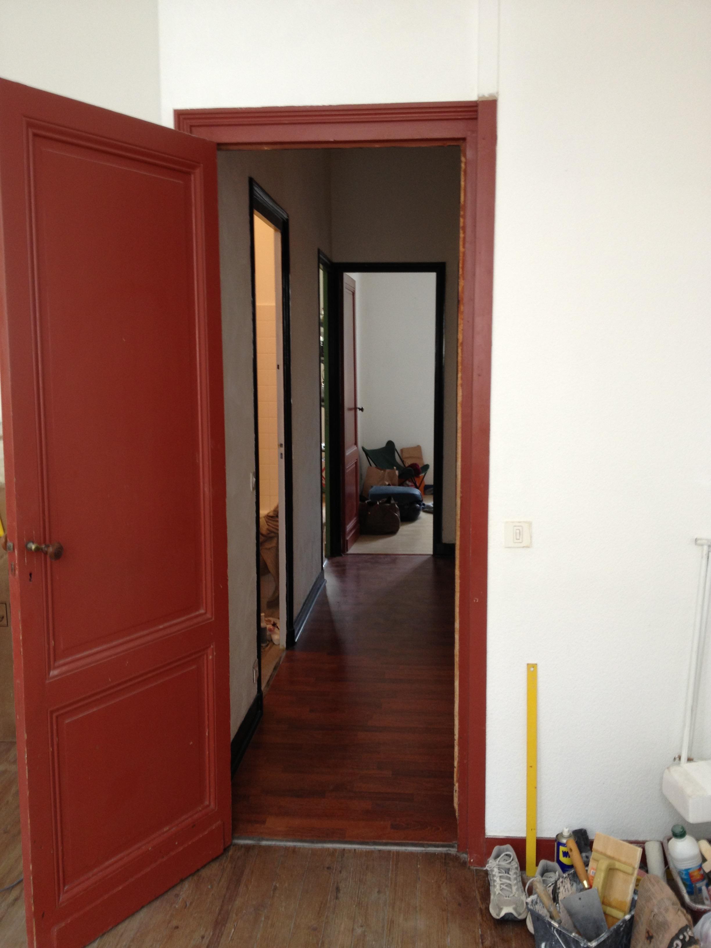 Couloir avant rénovation et peinture et fausse moulure