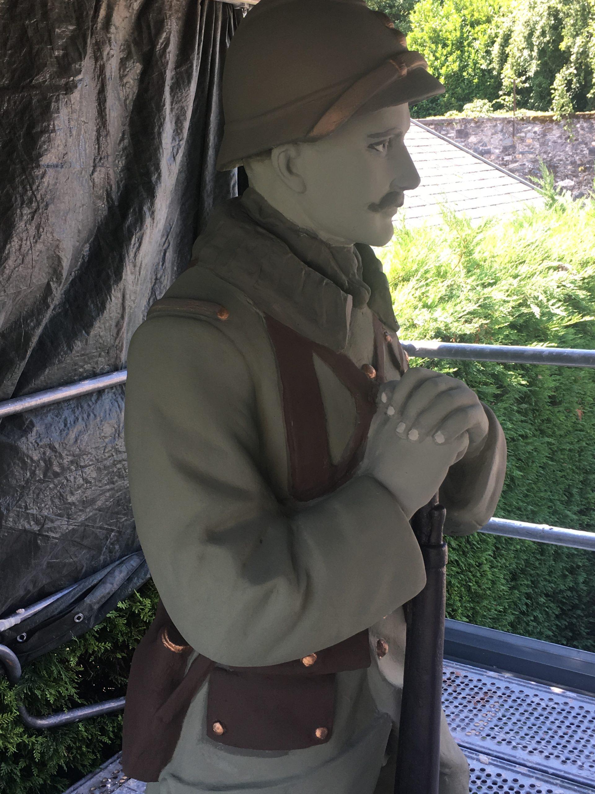 Détail statue Poilu Chamoux 73 après restau côté G